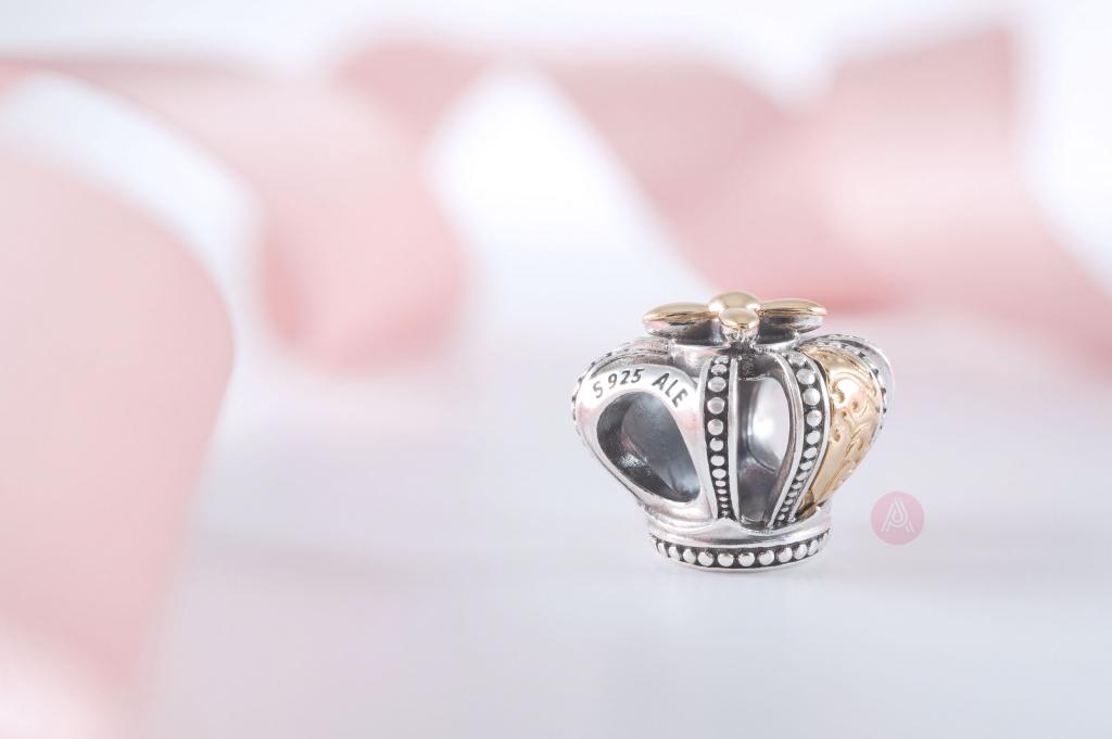 Подвеска Pandora из 14-каратного золота с двухцветной короной Regal Crown (799340C00) Весна 2021, новая коллекция, лето-осень, распродажа, блог блогера, обзор, официальный дистрибьютор Estore в Великобритании